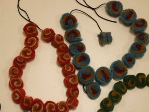 Production de perles en feutre par les élèves de CP Atelier de Julie
